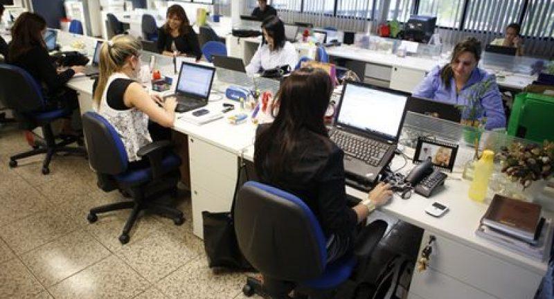 Portugueses trabalham cada vez mais horas e põem saúde e família em risco